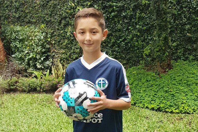Adrián Morales de diez año, busca el sueño de jugar en el futbol de España. (Foto Prensa Libre: Cortesía Familia Morales)