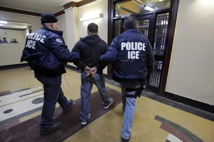 """Los agentes de inmigración continúan llevando a cabo varias redadas en las grandes """"ciudades santuarios"""".(Foto Prensa Libre;EFE)."""