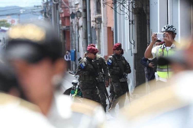 Manifestantes llegan al Centro Histórico donde agentes de la PNC y efectivos del Ejército resguardan el Congreso.