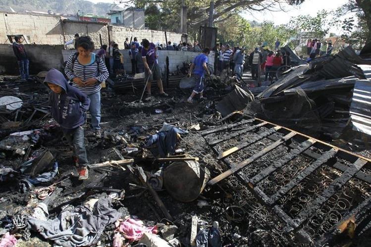 El fuego consumió seis viviendas y cobró la vida de las dos menores y su padre. Una tercera víctima sobrevive en el hospital. (Foto Prensa Libre: Hemeroteca PL)