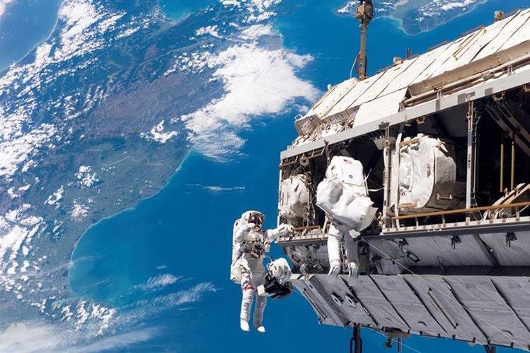 Dos astronautas completan con éxito una caminata espacial.(AFP).