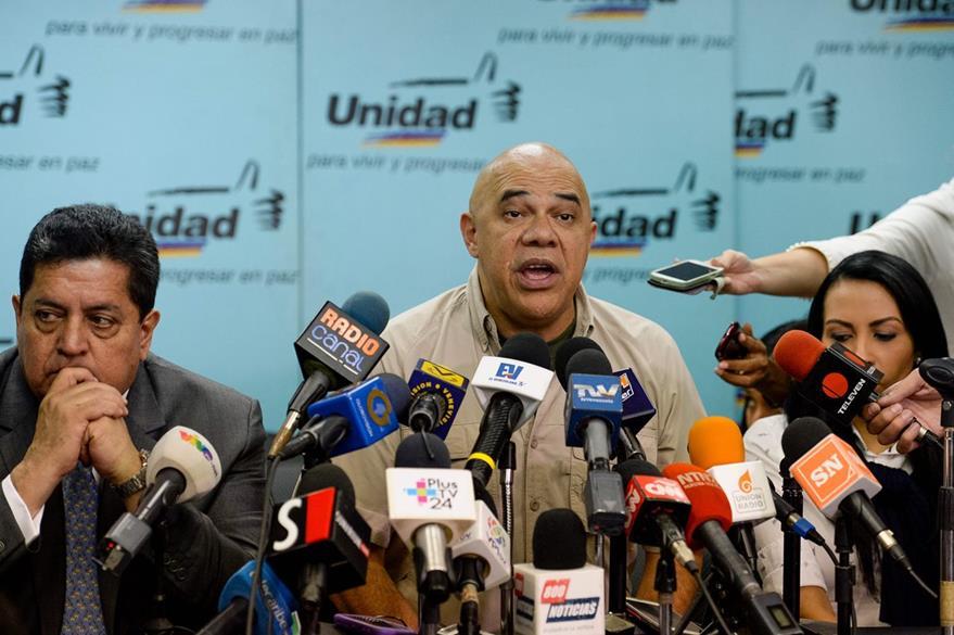 """El opositor venezolano Jesus Torrealba habla con los medios de comunicación y critica el costo de la cumbre mientras Venezuela """"afronta hambre"""". (Foto Prensa Libre: AFP)."""