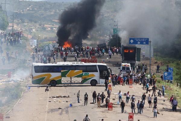 Los maestros mexicanos se enfrentaron con las fuerzas de seguridad en el estado méxicano de Oaxaca.(Foto Prensa Libre:EFE).