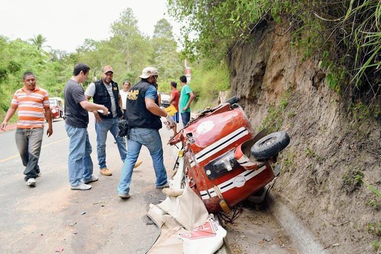 Agentes del Ministerio Público y vecinos observan cómo quedó el mototaxi, Santa Rosa de Lima, Santa Rosa. (Foto Prensa Libre: Oswaldo  Cardona)