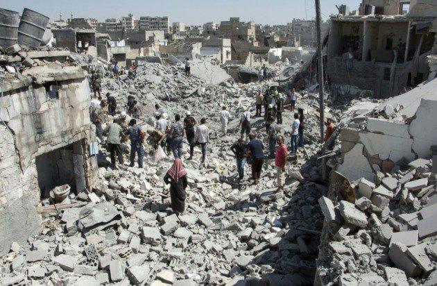 Bombardeo contra rebeldes destruye viviendas en Alepo, Siria.