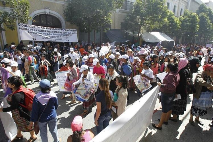 Mujeres exigen en la sede del Congreso de la República, en zona 1, apoyo a leyes que erradiquen la violencia. (Foto Prensa Libre: Paulo Raquec)