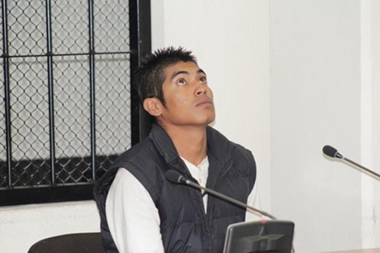 Patricio Maldonado, sentenciado, escucha la decisión del Tribunal Primero de Sentencia Penal de Quetzaltenango. (Foto Prensa Libre: María José Longo).