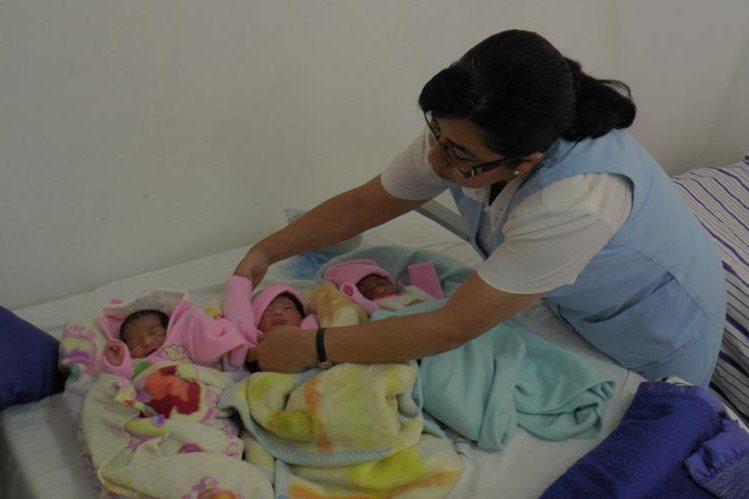 Enfermera atiende a trillizas que nacieron en el Hospital Nacional de Sololá. (Foto Prensa Libre: Ángel Julajuj)