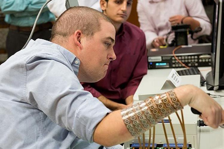 Esta nueva tecnología utiliza algoritmos que interpretan la actividad cerebral y la transmiten a una especie de manga que cubre el antebrazo. (Foto Prensa Libre, EFE)