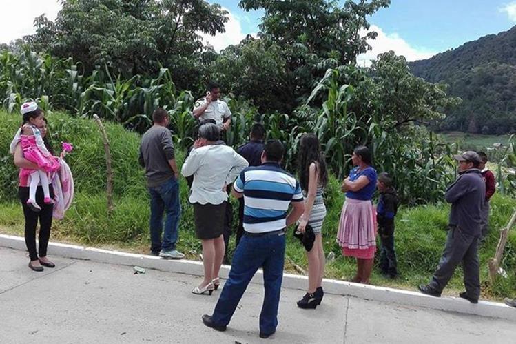 Los bebés fueron encontrados en un cultivo de maíz a la orilla del camino. (Foto Prensa Libre: Whitmer Barrera)