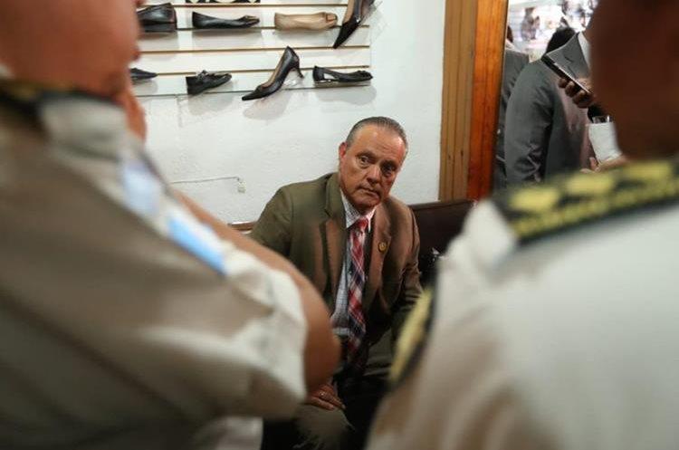 En el interior de la zapatería Conceptos, el Ministro de Salud, Carlos Soto, se le veía con el rostro desencajado. (Foto Prensa Libre: Esbin García)