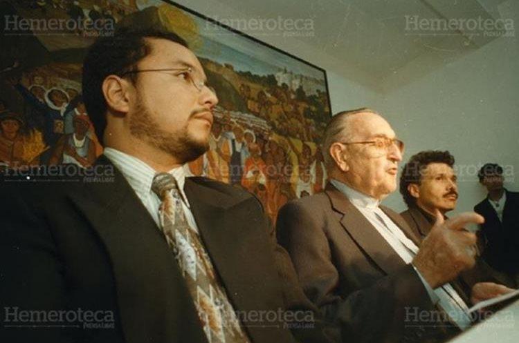Monseñor Gerardi junto a Ronald Ochaeta, de la Odha, y Édgar Gutiérrez, coordinador del Remhi.