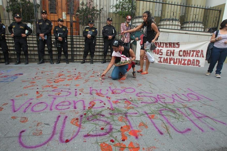 La manifestación también incluyó consignas contra la corrupción estatal y el lento avance de la justicia. (Foto Prensa Libre: A. Interiano)