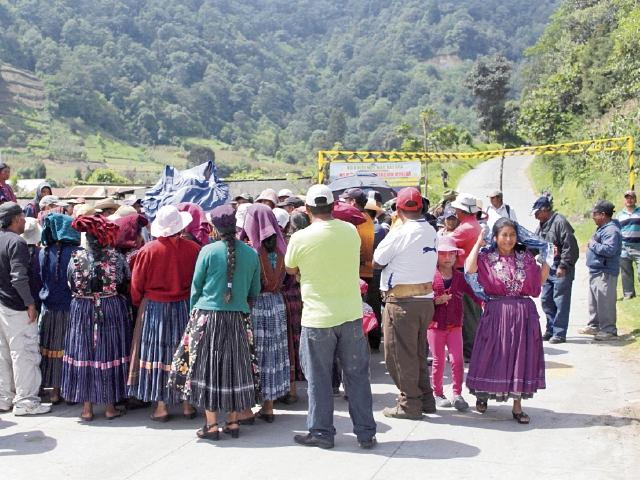 Vecinos mantienen  bloqueado el paso de camiones, en el Valle del  Palajunoj, Quetzaltenango. (Foto Prensa Libre: María José Longo).