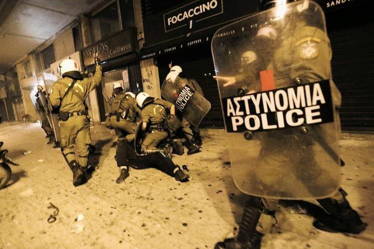 Agentes de policía detienen a un manifestante durante una protesta este miércoles en Atenas. (Foto Prensa Libre: AFP).