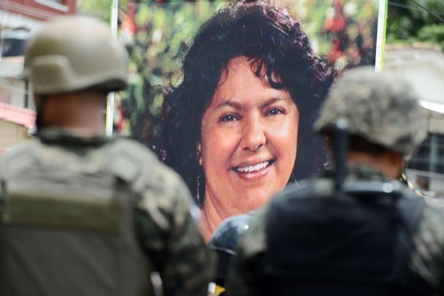 Dos soldados vigilan una protesta en Tegucigalpa en donde indígenas exigen el esclarecimiento del crimen de la ambientalista Berta Cáceres. (Foto Prensa Libre: AFP).