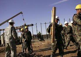 Efectivos de la Guardia Nacional de Utah trabajan en una nueva sección del muro fronterizo en Arizona.(Foto Prensa Libre:AP)