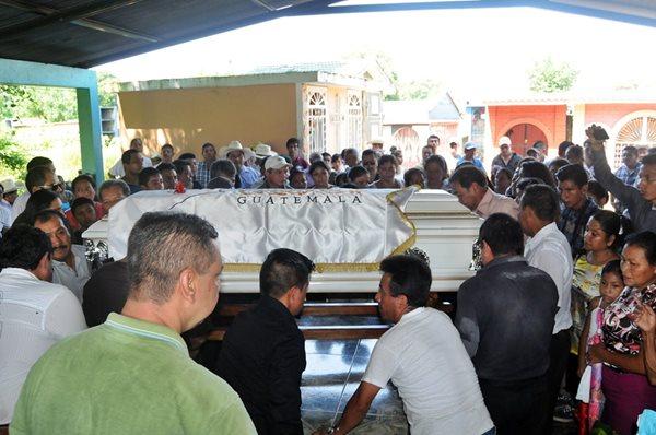 Los restos de Qaini Bonilla fueron sepultados ayer en Catarina, San Marcos. (Foto Prensa Libre: Alex Coyoy)