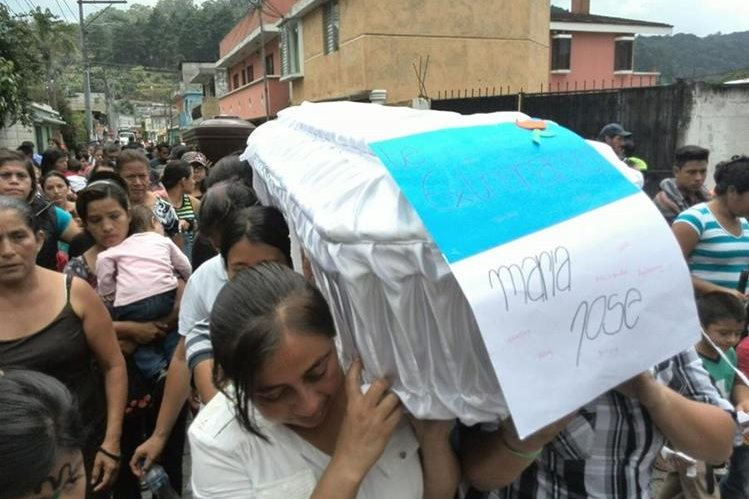 María José Estrada Castro, de 10, años, celebraba el Día del Niño junto a otros familiares cuando ocurrió el desastre. (Foto Prensa Libre: Estuardo Paredes).