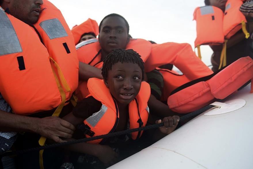 Drama en el mar: un niño migrante llora luego de la operación de rescate frente a Libia. (Foto Prensa Libre: AFP).