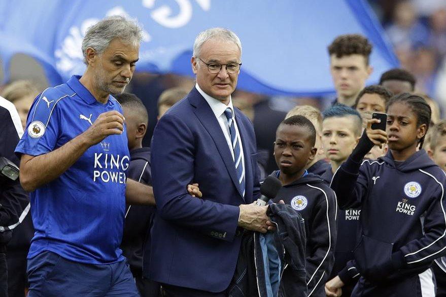 Andrea Bocelli, izquierda, y el entrenador de Leicester City Claudio Ranieri durante la celebración del título del equipo inglés donde el tenor participó. (Foto Prensa Libre: AFP)