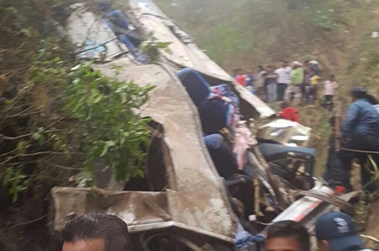 Los cuerpos de seguridad estatales acudieron al lugar para rescatar a los heridos. (Foto Prensa Libre: EFE)