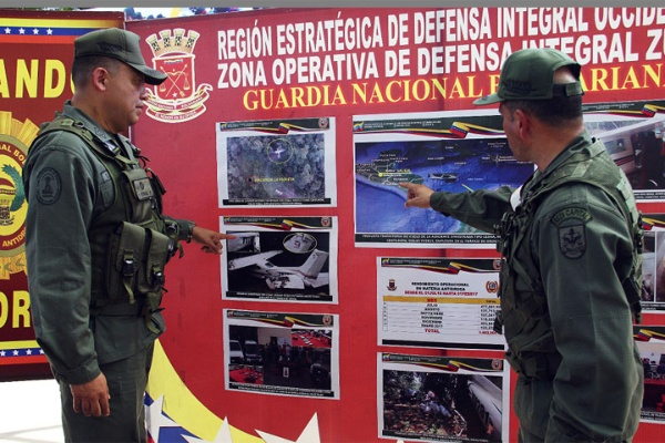 Militares explican la zona donde ocurrió el aterrizaje forzoso. FOTO: NOTICIAS AL DÍA