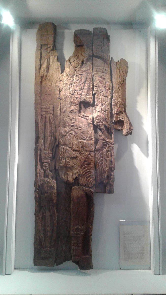 Dinel de Chicozapote que se encontraba en la estructura 1, del sitio arqueológico  El Zotz, Petén (Clásico Tardío 650-750 d.C), fue saqueado en los setenta y en 1973 fue adquirido por el Museo de Arte de Denver, Colorado, en los Estados Unidos y se logró recuperar en 1998. En la actualidad se exhibe en el Museo Museo Nacional de Arqueología y Etnología de Guatemala. (Foto Prensa Libre: Munae)