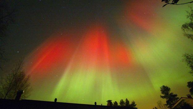 En el 2003 ocurrió una de las más grandes formaciones de auroras boreales de los últimos años. Este vistoso fenómeno es uno de los efectos de la llegada de partículas solares a la Tierra. GETTY IMAGES