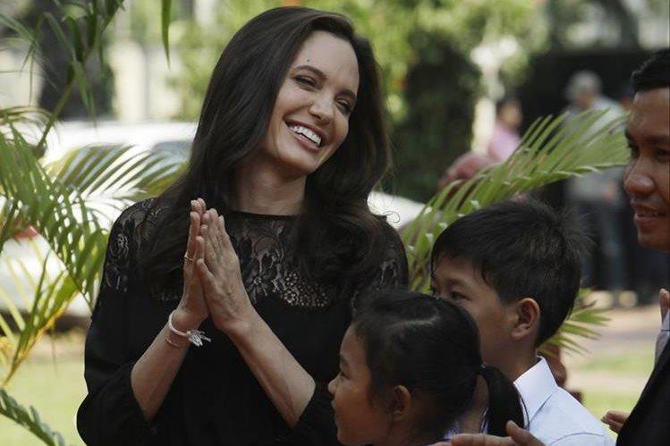 La actriz Angelina Jolie sonríe antes de la rueda de prensa en Siem Reap, Cambodia, para hablar de su nueva película, este sábado. (Foto Prensa Libre: AP).