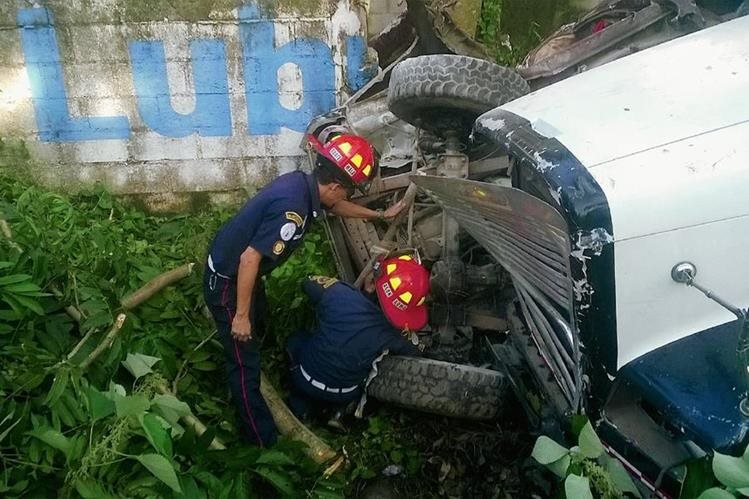 socorristas  utilizaron  equipo hidráulico para rescatar a las personas que quedaron entre la estructura de los vehículos involucrados en el accidente. (Foto Prensa Libre: Melvin Jacinto)