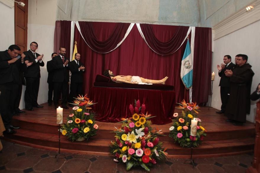 La ceremonia de entrega del Señor Sepultado de El Calvario, destacó por su solemnidad. (Foto Prensa Libre: Edwin Castro)