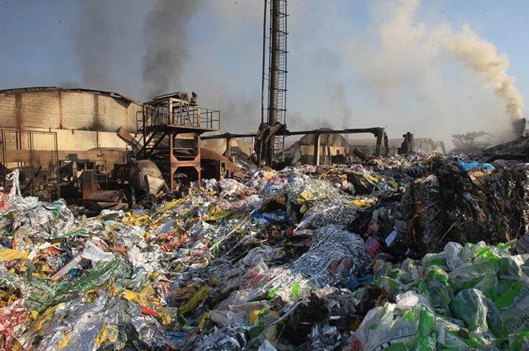 Siete bodegas en las que se almacenaba toneladas de plástico, en la 3a. avenida y 13 calle de la colonia Landívar, zona 7, fueron consumidas por un incendio. (Foto Prensa Libre: Estuardo Paredes)