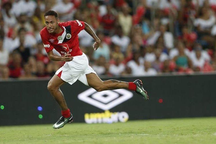 Neymar aprovecha sus vacaciones en Brasil y disputó un partido con fines benéficos. (Foto Prensa Libre: AP)
