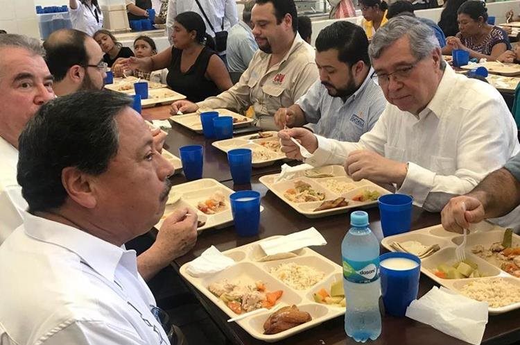El vicepresidente Jafeth Cabrera durante la reinauguración del comedor social en Chiquimula. (Foto Prensa Libre: Mario Morales)