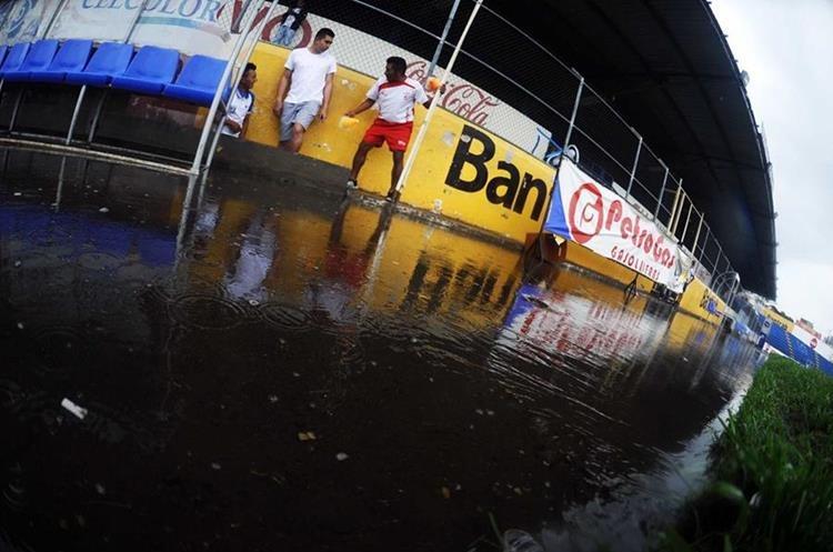 El acceso al área de camerinos está inundado.