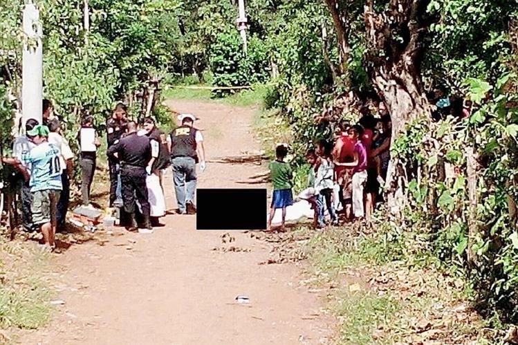 Agentes del  MP realizan peritaje en el lugar donde se encotraron los cadáveres de Carrera Hernández y su hijo. (Foto Prensa Libre: Oswaldo Cardona)