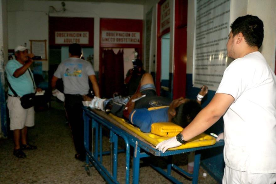 Edwin Armando Guamuch es atendido en el Hospital Nacional de Retalhuleu. (Foto Prensa Libre: Rolando Miranda)