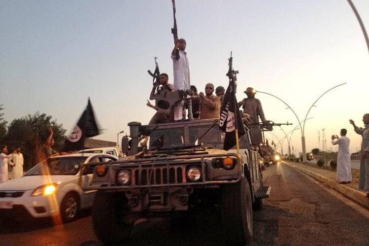 Combatientes del Estado Islámico en un vehículo blindado transitan por una carretera principal en la norteña ciudad de Mosul, Irak. (Foto Prensa Libre: AP).