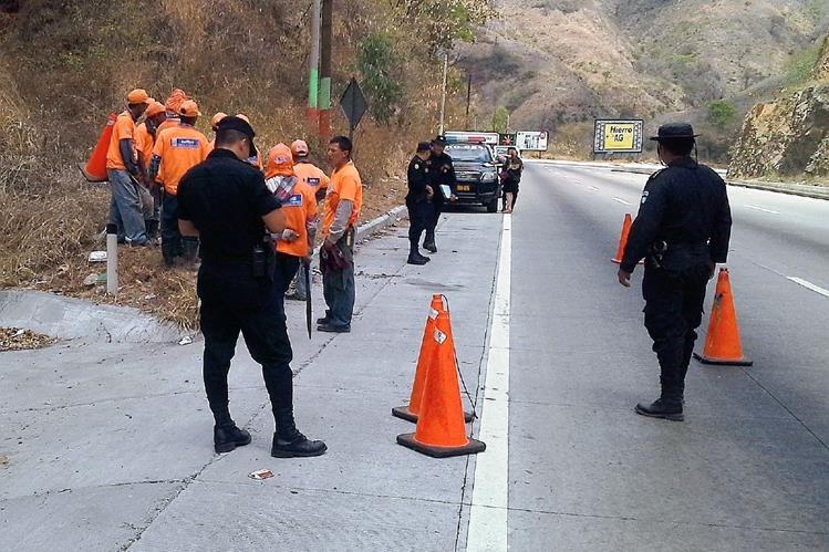 Lugar donde fue encontrado el cadáver de un hombre, en el km 39.5 de la ruta al Atlántico, en San Antonio La Paz, El Progreso. (Foto Prensa Libre: Héctor Contreras).