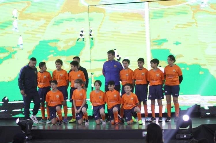 Alumnos de la FCBEscola Guatemala estuvieron presentes en la inauguración. (Foto Prensa Libre: Jesús Cuque)