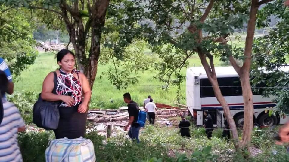 Ocupantes de la vivienda destruida por un autobús en Livingston, Izabal, fueron trasladados a un centro asistencial. (Foto Prensa Libre: Dony Stewart)