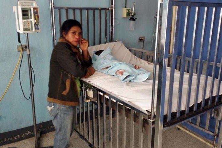 María Isabel Agustín permanece junto al cadáver de su hijo, quien murió por desnutrición, en Jalapa. (Foto Prensa Libre: Hugo Oliva)