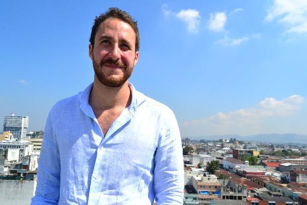 El artista local  Juan  Luis Aguilar promociona su reciente canción  y videoclip, llamada Pienso en ti.