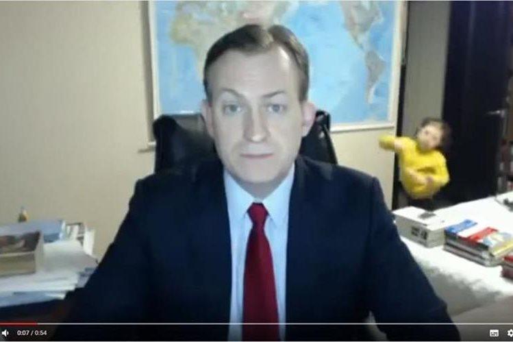 Niños interrumpen entrevista de analista Robert Kelly con cadena BBC y causan miles de reacciones en redes sociales. (Foto Prensa Libre: Twitter)