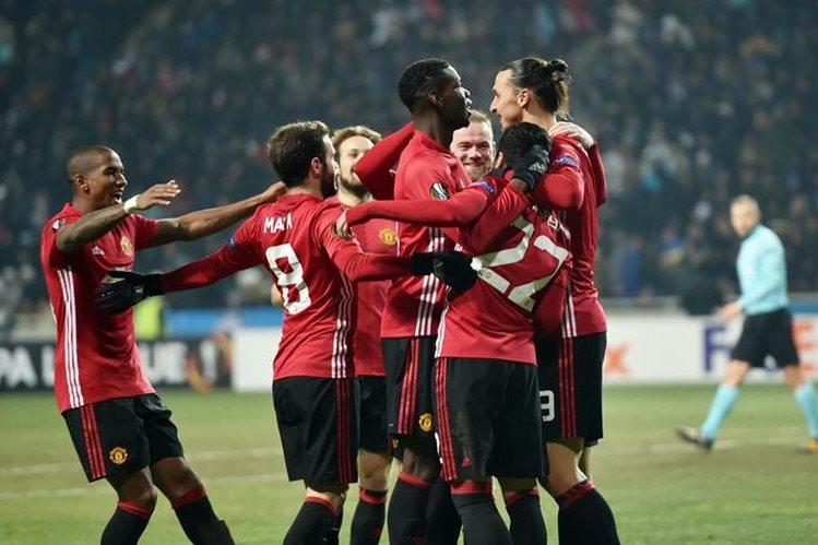 Los jugadores del Mánchester United festejaron la clasificación a la siguiente ronda. (Foto Prensa Libre: AFP)