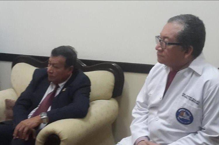 Mario Figueroa, ministro de Salud en funciones, y Edwin Bravo, director del Hospital General San Juan de Dios, durante reunión con los padres del bebé que sufrió la amputación de la pierna derecha en Zacapa. (Foto Prensa Libre: Cortesía La Red)