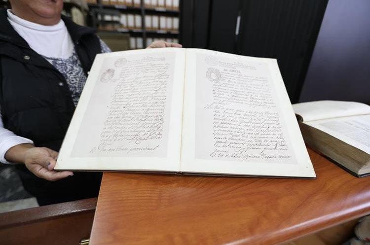 En el Archivo General de Centro América se muestra a los visitantes un duplicado del Acta de Independencia. (Foto Prensa Libre: Ana Lucía Ola)