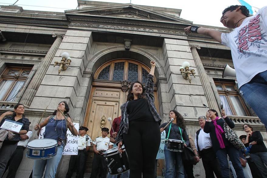 Un grupo de guatemaltecos protesta este jueves frente al Congreso, exigiendo que se retire la inmunidad a Pérez Molina. (Foto Prensa Libre: E. García)