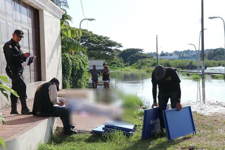 Personal del Ministerio Público efectúan las diligencias para trasladar los cuerpos a la morgue.(Foto Prensa Libre: Rigoberto Escobar)